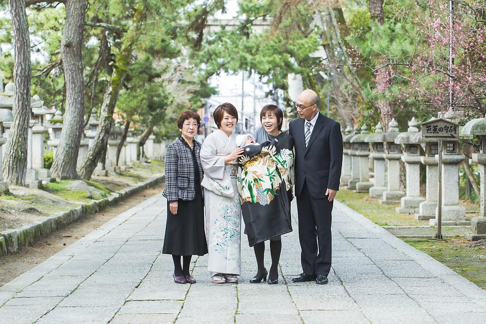 滋賀県長浜市の長浜八幡宮で男の子のお宮参り写真をおじいちゃんおばあちゃんと撮影しました。