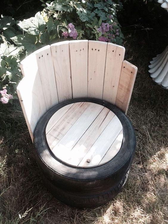 stoel van pallettenhout en oude banden