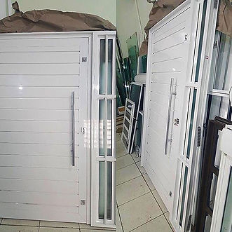 Porta de Alumínio Pivotante com Lambri Duplo