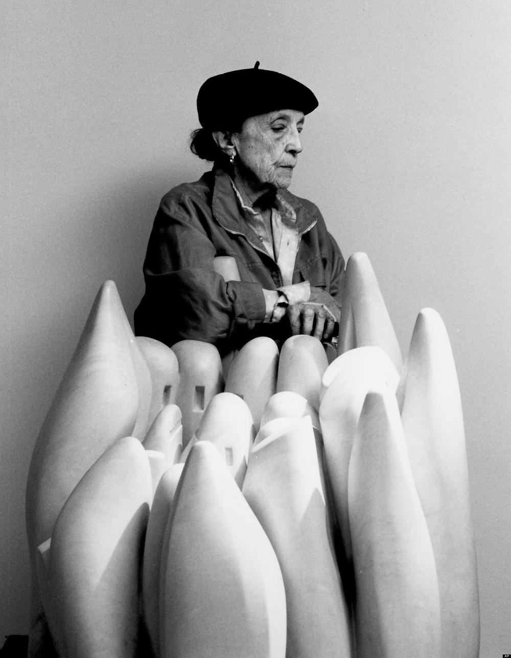 Louise Bourgeois avec sa sculpture Eye to Eye (1970) par Raimon Ramis, 1990.