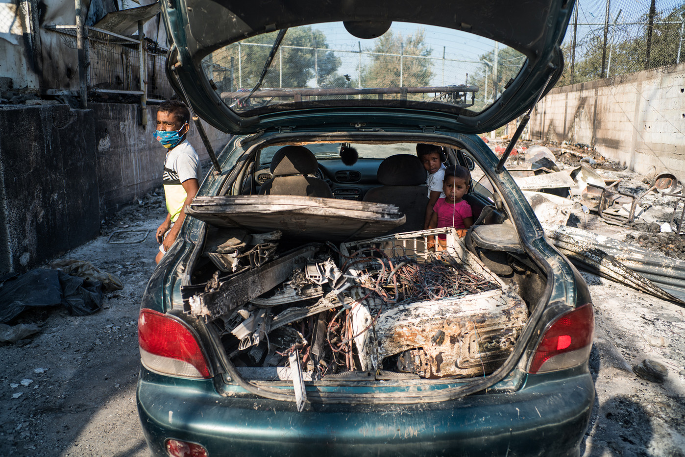 Days after the fire, several migrant families look for all kinds of cables, metals and steels to later be sold in a second-hand metallurgy industry, thus to be able to get some money.