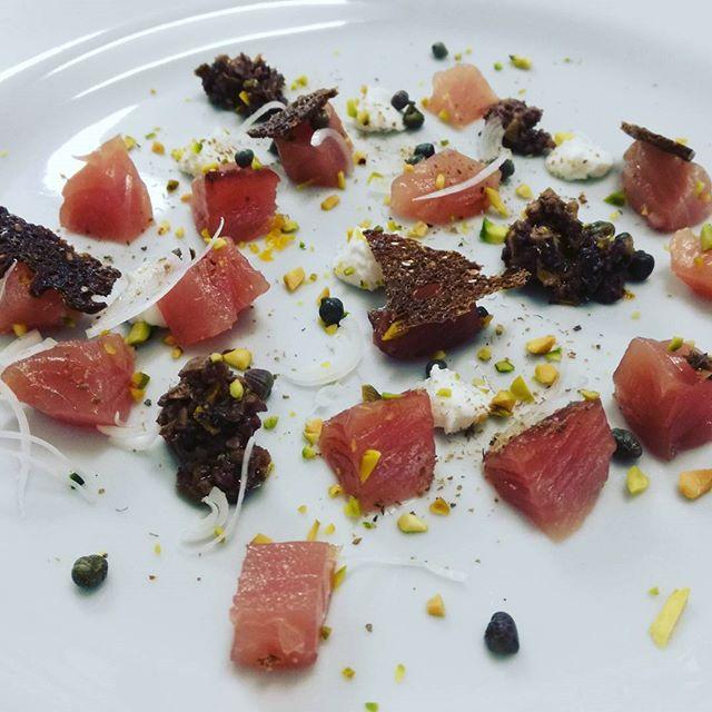 #Crudo di #palamita.jpg__#Pesto di #olive, #pistacchi, #ricotta dicapra, #caperi e #panedisegale cro