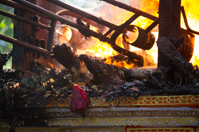 In the burning process it is possible to see and smell the body of the deceased in flames.