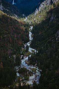 Vue aérienne d'une rivière de montagne