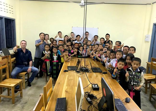 Salle informatique - Enfants du Laos