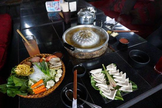restaurant luang prabang, restaurant laos, cuisine laotienne, cuisine ethnie, repas traditionnel lao, plat traditionnel laotien, sindat, hotpot, fondue