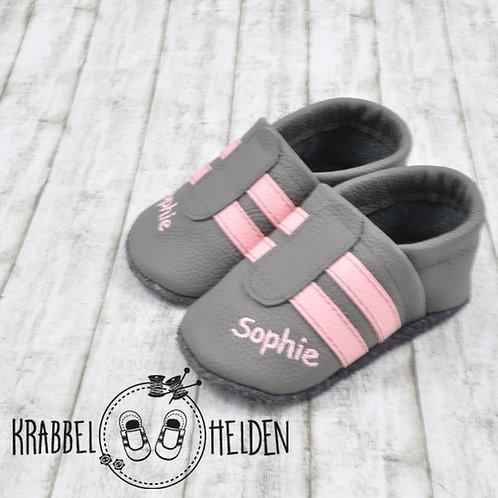 Lederpuschen grau mit rosa Streifen und Namen ab