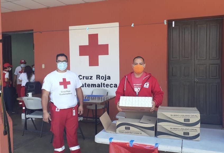 Bomberos recibiendo la donación de suero rehidratante.