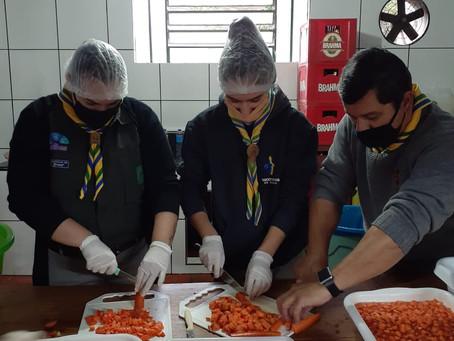 Escoteiros de Três de Maio colaboraram na entrega de marmitas para famílias carentes