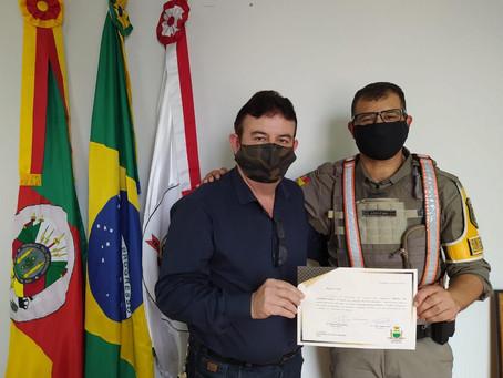 Escotista recebe homenagem por trabalho de prevenção às drogas e à violência