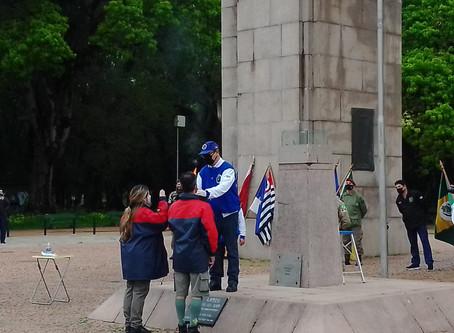 Escoteiros participam da solenidade de acendimento da Pira da Pátria em Porto Alegre.