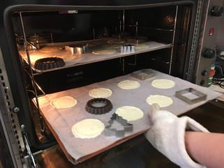Die fertigen Bleche kommen kurz in den vorgeheizten Ofen. Nach zehn Minuten Backzeit muss der noch heiße Teig weiterverarbeitet werden.