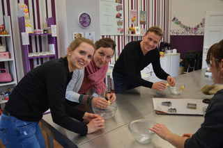 Nur als Team schafft man es, sieben Glückskekse gleichzeitig zu formen. Lisa, Mandy, Dirk und Laura bringen den Teig mit Fingerspitzengefühl innerhalb von 20 Sekunden in seine typische Form.