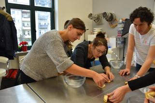 Nach einigen Testläufen haben Isabel, Laura und Anett die perfekte Falttechnik gefunden. Mängelexemplare sind schnell im Mund verschwunden.