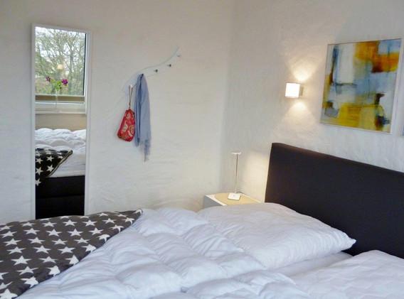 Modernes Schlafzimmer im Erdgeschoss
