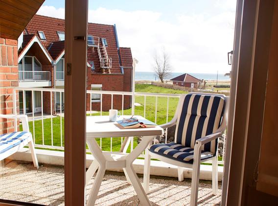 Balkon mit Meerblick aus dem Wohnbereich