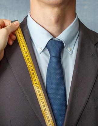 sastre-mide-traje-cinta-metrica_109543-3