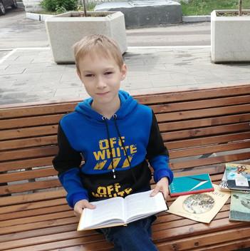 С книжкой на скамейке