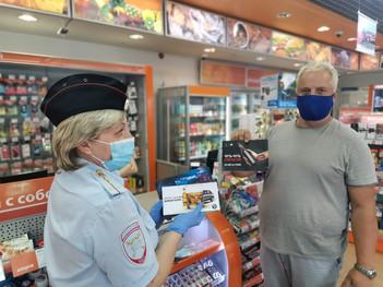 Сотрудники Госавтоинспекции проводят профилактические мероприятия с водителями