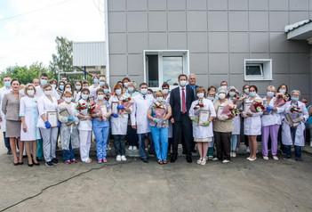 Дмитрий Волков поздравил медиков инфекционного отделения