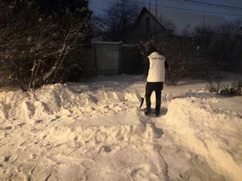Активисты убирают снег с детских площадок, территорий у домов ветеранов