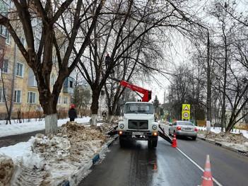 На улице Энергетиков спилили аварийное дерево