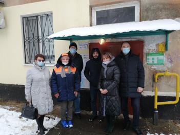 Андрей Голубев проверил ход капитального ремонта крыши дома №6 по улице Мира