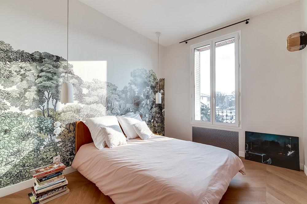 chambre d'adulte avec un papier peint panoramique
