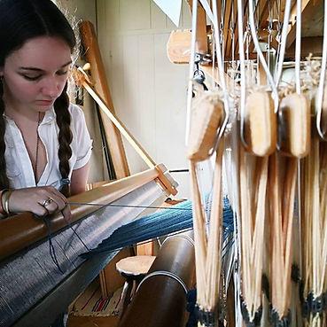 Enflage dans l peigne des fils sur metier à tisser