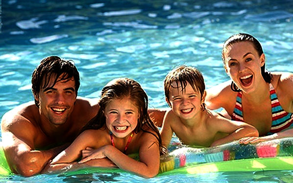 familia feliz piscina.jpg