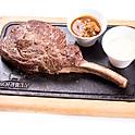 Kétszemélyes ajánlatunk / For 2 person  Tomahawk steak (1000 g) friss kevert salátával, zöldbors és sherrys vargányamártással, héjában sült  burgonyával (elkészítési idő min. 20 perc)
