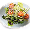 Friss kevert saláta primőr zöldségekkel