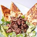 Cézár saláta pirított bélszín falatokkal, sajtos házi lepénnyel
