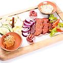 Hideg Korhely ízelítő - kézműves házi sajtok, házi szalámi és kolbász, sajtkrém, zöldségek