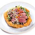 Rosé kacsamell szeletek joghurtos salátával, burgonyás lángoson tálalva