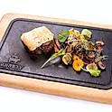 Magyar bélszín steak szarvasgombás sajttal besütve grillezett zöldségekkel