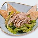 Korhely Cézár saláta pirított jérce csíkokkal, sajtos házi lepénnyel
