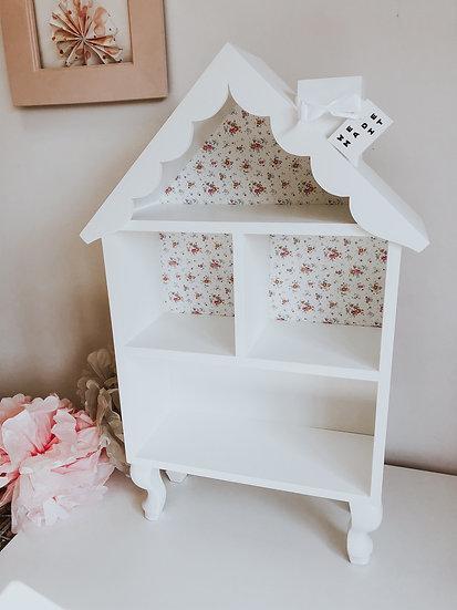 Domek dla lalek z ozdobnym dachem