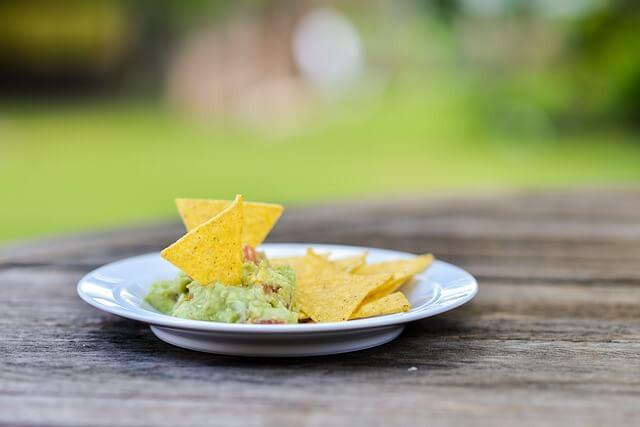 Guacamole avec quelques nachos