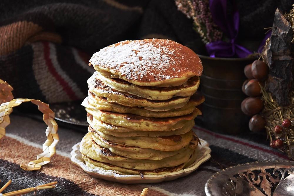 Pile de pancakes saupoudrée de sucre glace
