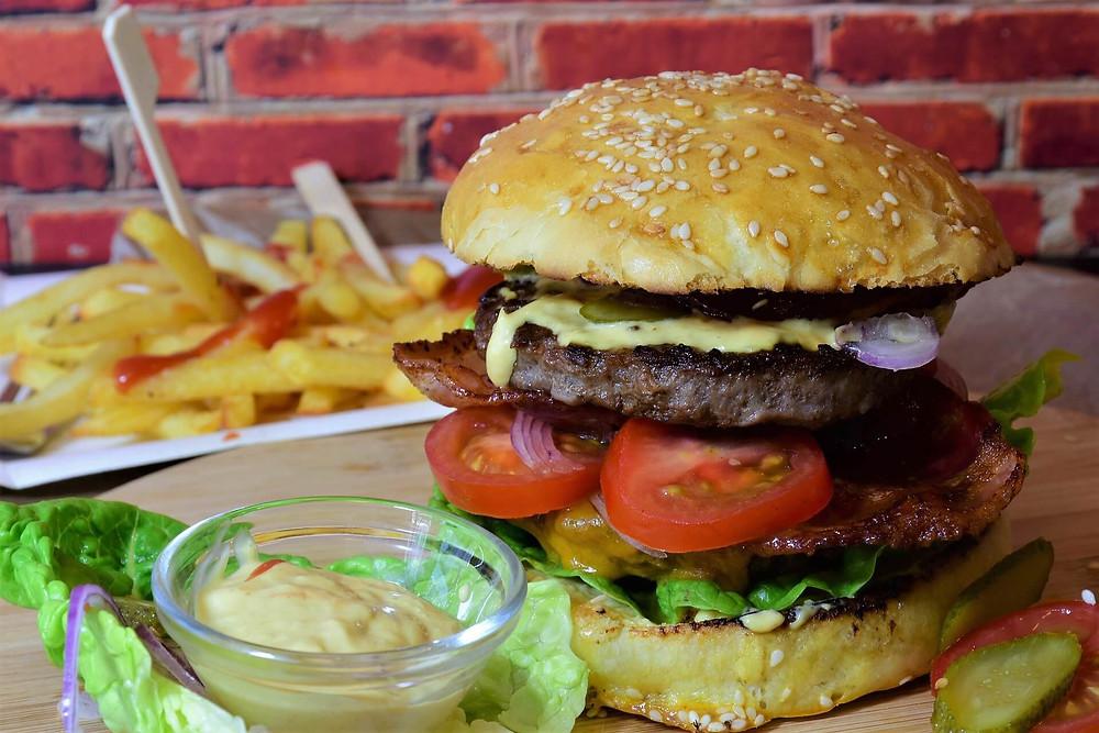 Hamburger accompagné de frites et de sauce