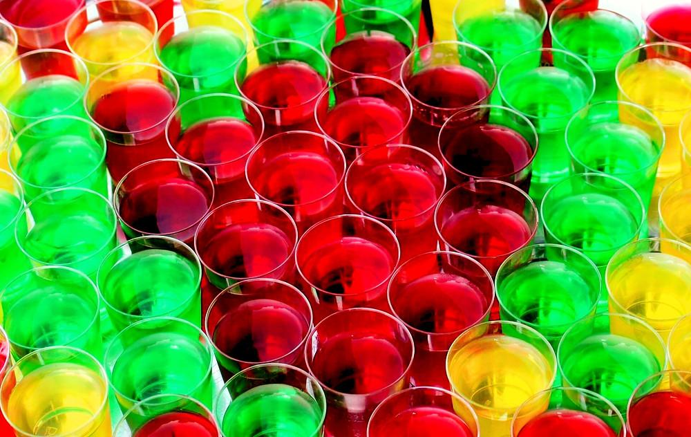 Jello shots rouges, verts et jaunes