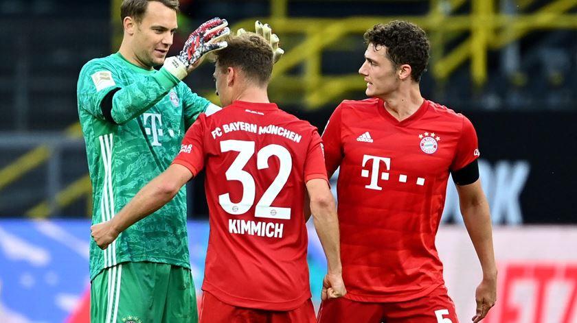 Kimmich comemora com Neuer e Pavard a vitória no clássico. (Imagem: Reprodução/Federico Gambarini/EPA)