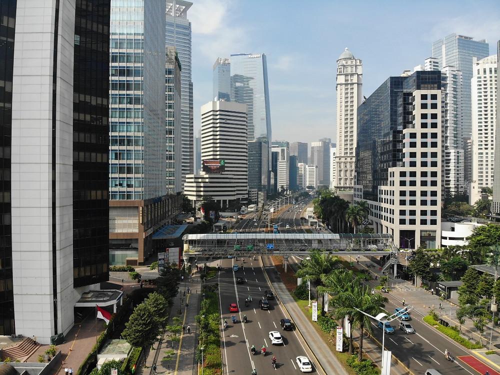 Lalu lintas kendaraan bermotor di tengah gedung perkantoran di Jakarta. Pajak Bumi dan Bangunan (PBB) serta Pajak Kendaraan Bermotor (PKB)menyumbang pemasukan senilai trilyunan rupiah bagi DKI Jakarta. Pembayaran PBB dan PKB kini bisa dilakukan melalui jaringan Ayoconnect.