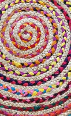 סלון מעוצב עם שטיח חבל צבעוני