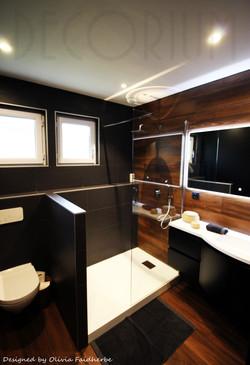 salle_de_bain_noire_et_bois_Olivia_Faidh