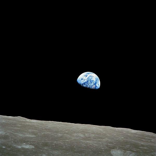 Lever de Terre au-dessus de la surface lunaire, photographié par l'équipage de la mission Apollo 8.