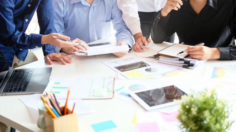 negocio-inicio-estrategia-reunion-joven-