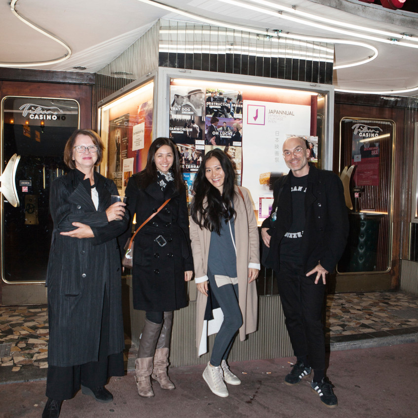 Gäste vor dem Filmcasino