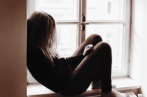 Femme sur la fenêtre Sill